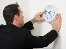 kika5030368_A-businessman-adjusting-the-hands-on-a-clock