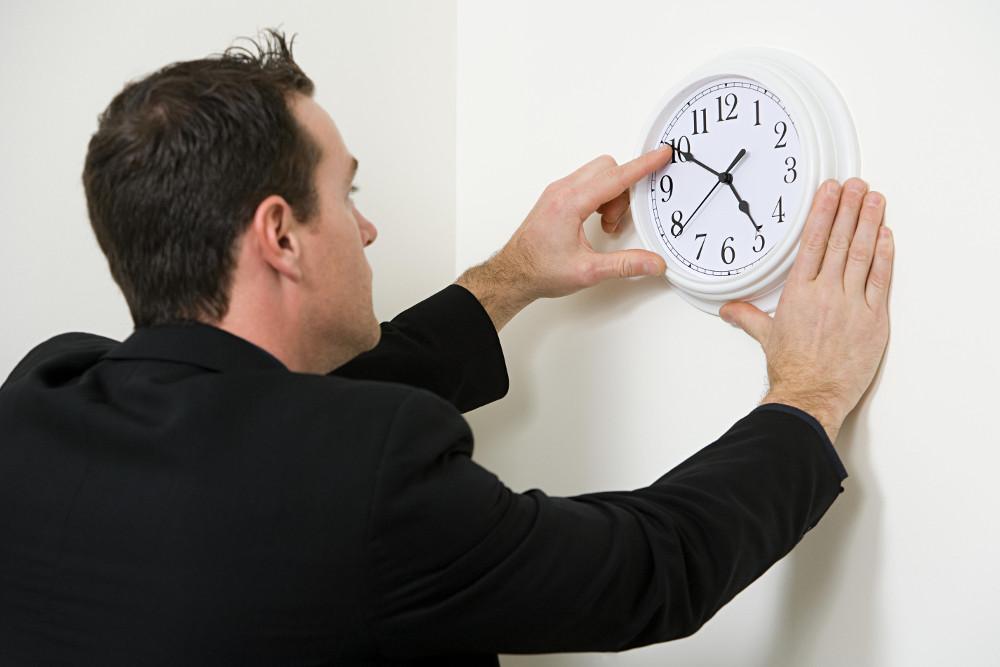 kika5030368_A-businessman-adjusting-the-hands-on-a-clock