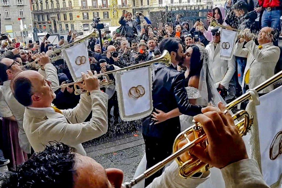 All'uscita dal Maschio Angioino di Napoli dopo la celebrazione del rito civile il cantante neomelodico Tony Colombo e Tina Rispoli, vedova del boss Gaetano Marino ucciso a Terracina il 23 agosto 2012 , protagonisti oggi uno sfarzoso matrimonio, 28 marzo 2019 ANSA / CIRO FUSCO