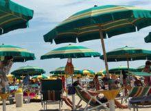 ANCONA, 26 AGO - Ombrelloni in uno stabilimento balneare in primo piano in una spiaggia della Riviera Adriatica.